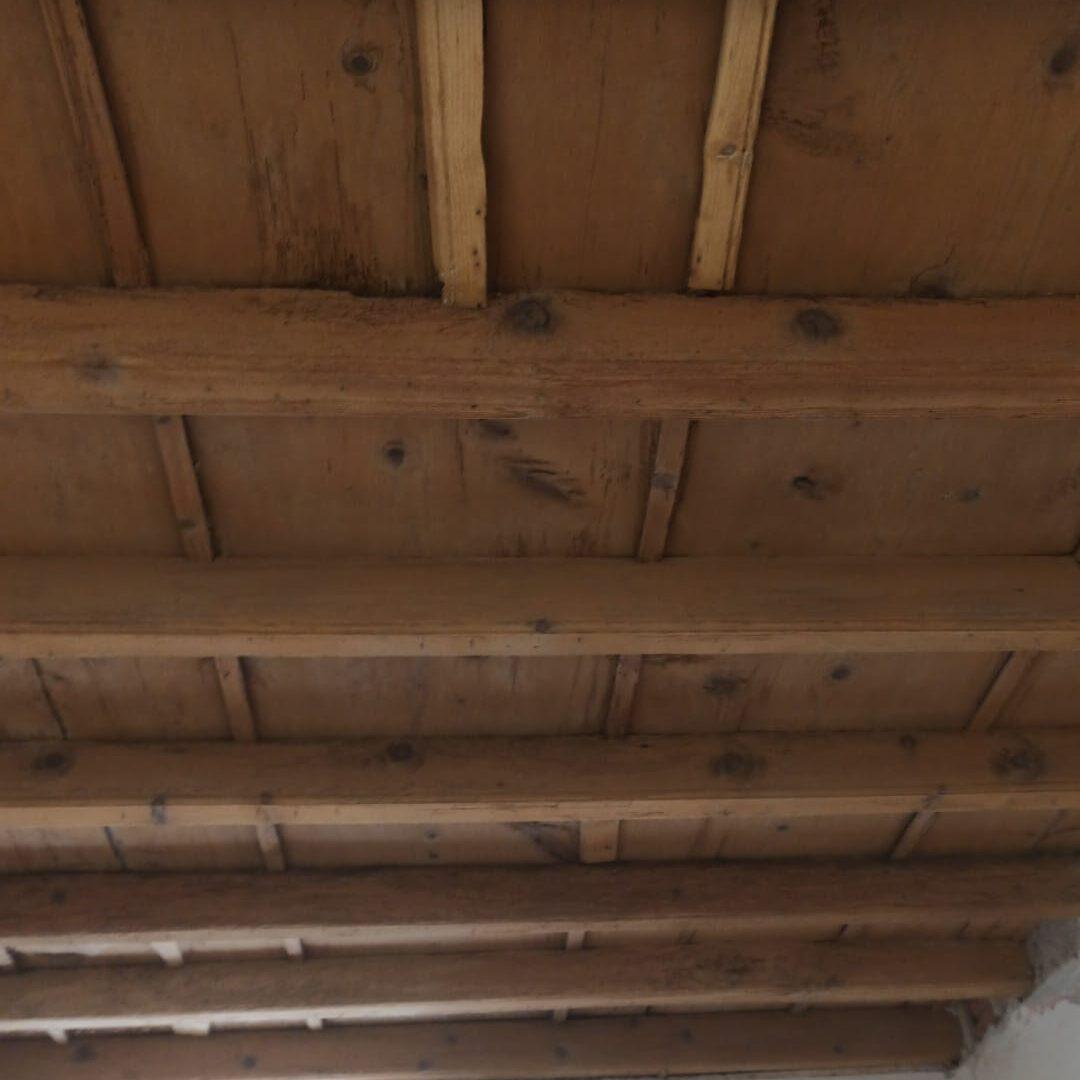 Sabbiatura e trattamento specifico per il legno sul soffitto